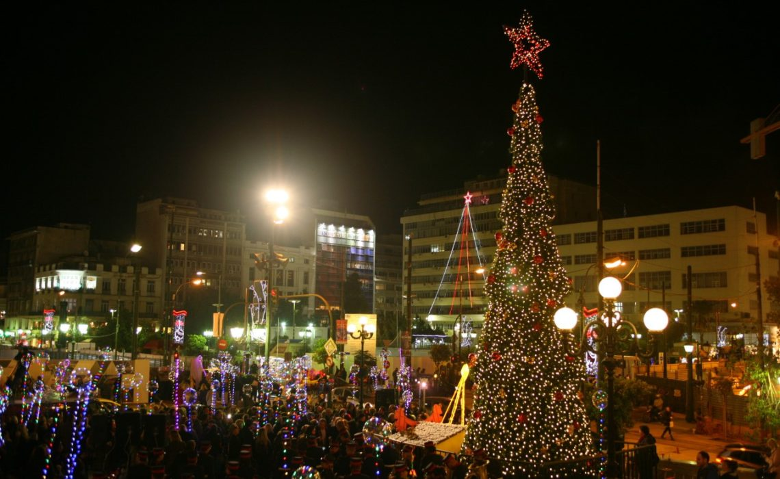 Ένα μεγάλο χριστουγεννιάτικο δέντρο… στολίζει τον Πειραιά