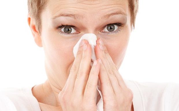 Γιατί βουλώνει η μύτη μας όταν ξαπλώνουμε και πώς μπορούμε να το αποφύγουμε