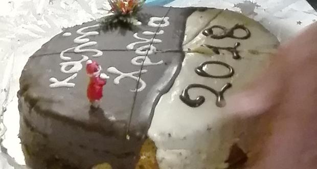 «ΤΟ ΠΑΡΟΝ» έκοψε την Πρωτοχρονιάτικη πίτα. Καλή χρονιά!