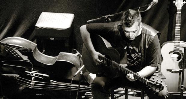 Ο Μπάμπης Παπαδόπουλος σε ένα Acoustic Set στον Φάρο του ΚΠΙΣΝ