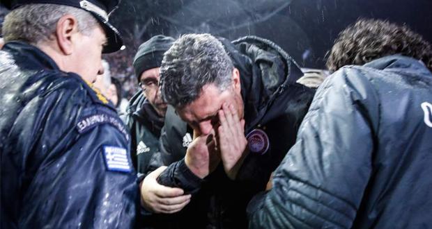 Επεισόδια μεταξύ οπαδών και αστυνομίας στην Τούμπα – Στο νοσοκομείο ο προπονητής του Ολυμπιακού (βίντεο)
