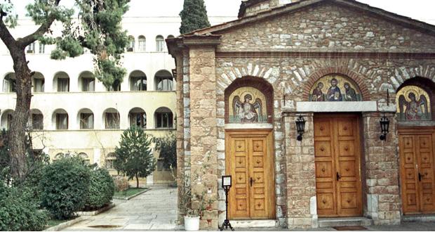 Ο ρασοφόρος… ουδεμία σχέση έχει με οποιονδήποτε Μητροπολίτη ή Επίσκοπο της Εκκλησίας της Ελλάδος
