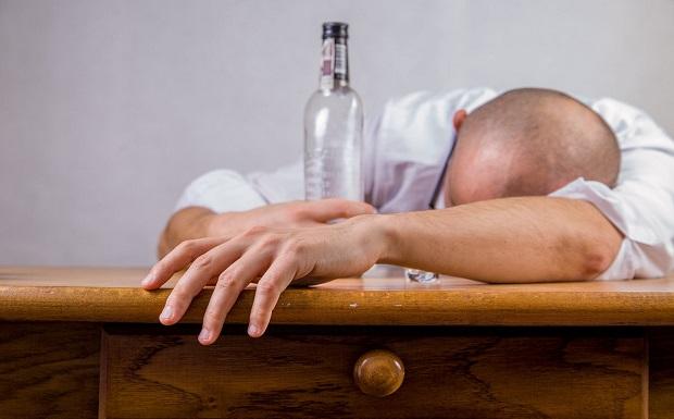 Αλκοόλ και αγκαλιά όταν κοιμόμαστε μπορεί να προκαλέσουν πρόβλημα στο χέρι