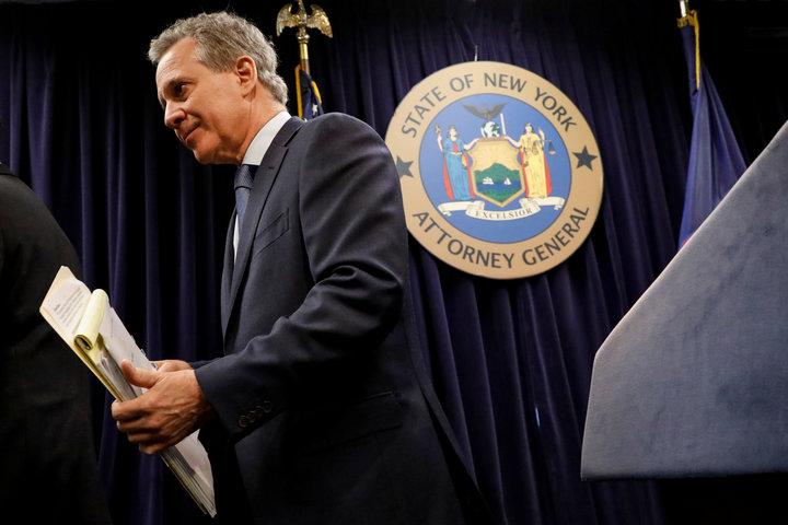 Σαν κεραυνός έπεσε στη Νέα Υόρκη η παραίτηση του γενικού εισαγγελέα Έρικ Σνάιντερμαν…