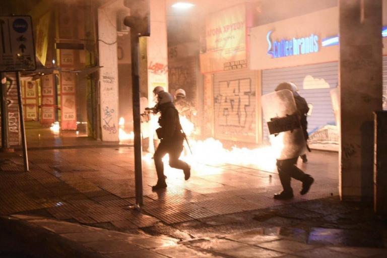 «Καίγεται» η Κάνιγγος – Επεισόδια μεταξύ οπαδών και αστυνομίας – Χημικά, κρότου λάμψης και μολότοφ (βίντεο)