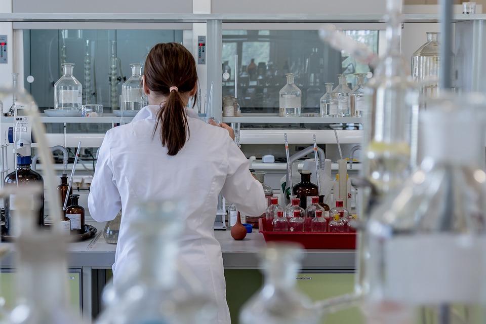 Πλήρης δικαίωση του «ΠΑΡΟΝ»: Πόλεμος δισεκατομμυρίων για τα εμβόλια κατά του ιού