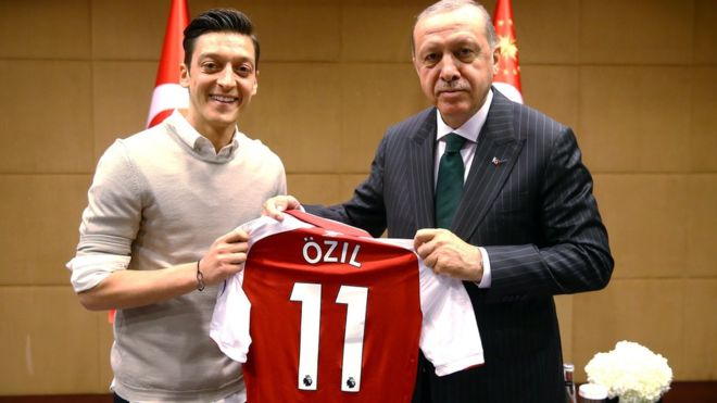 Η Γερμανική Ποδοσφαιρική Ομοσπονδία (DFB) επικρίνει τους διεθνείς της Mesut Özil και Ilkay Gündogan