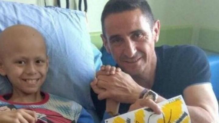 Ο Χιμένεθ δωρίζει το μετάλλιο του πρωταθλητή στον μικρό Ανδρέα