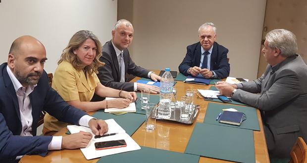 Συνάντηση Δραγασάκη με τον CEO της Αθηναϊκής Ζυθοποιίας