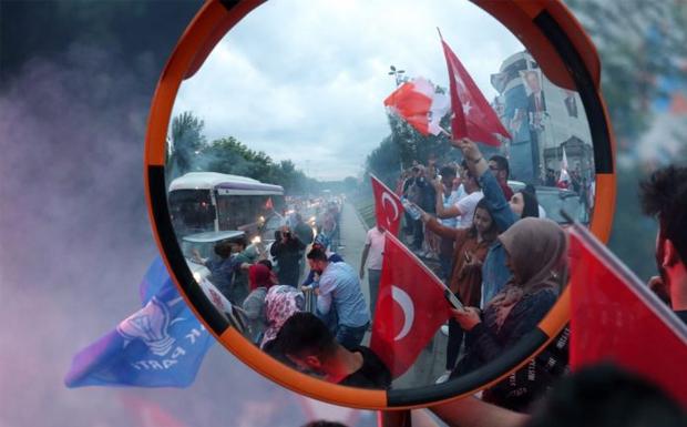 """""""Μύλος"""" στην Τουρκία: Τα κρατικά μέσα δίνουν θρίαμβο Ερντογάν, αμφισβητεί η αντιπολίτευση"""