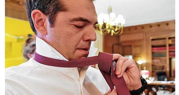 Ο πρωθυπουργός να προβάρει τη γραβάτα του (βίντεο)