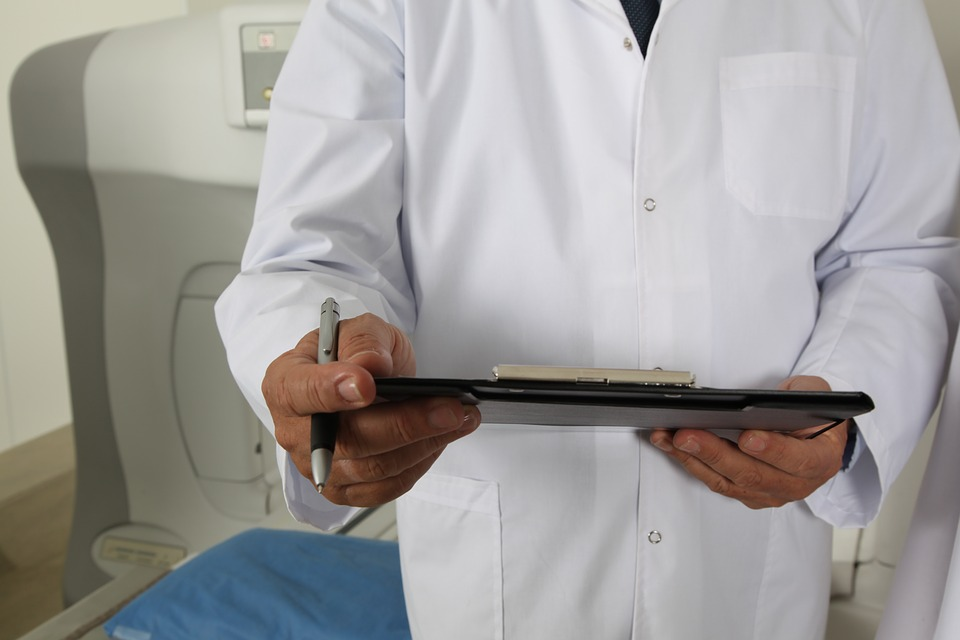 Δικαίωση για γιατρούς του ΕΣΥ: Αναδρομικά 19.000 έως 24.000 ευρώ επιδικάζουν τα Πρωτοδικεία