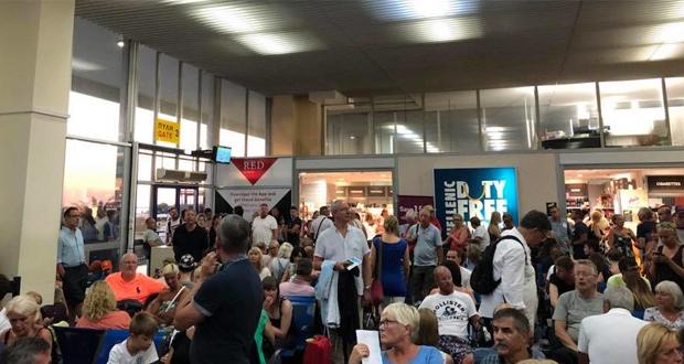 Το αδιαχώρητο στο αεροδρόμιο της Κεφαλονιάς με ουρές από επιβάτες!