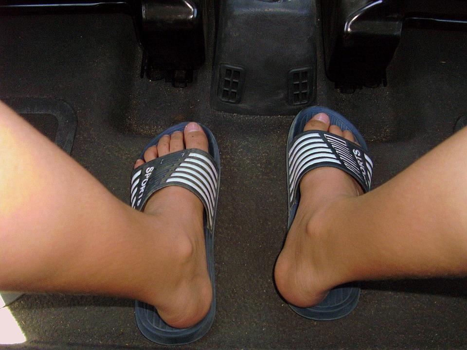 Αφαίρεση διπλώματος σε όσους οδηγούν με σαγιονάρες