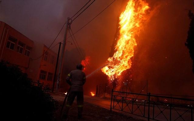 Φωτιά στην Κερατέα: Εκκενώθηκαν Ανάβυσσος, Παλαιά Φώκαια κι άλλοι οικισμοί – Μήνυμα του «112» για εκκενώσεις οικισμών