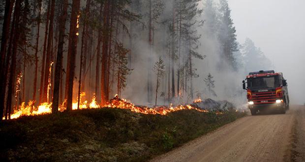 Οι Σουηδοί βομβαρδίζουν τις μεγάλες πυρκαγιές τους (βίντεο)