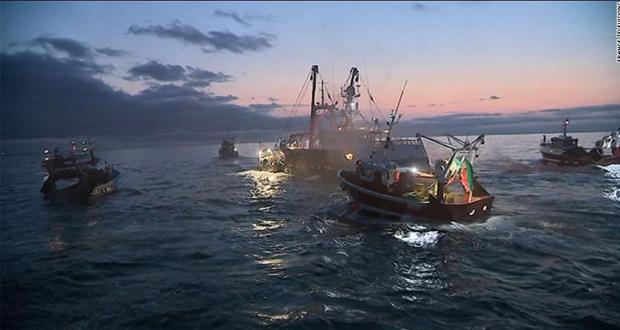 «Ναυμαχία» για τα χτένια: Βρετανοί και Γάλλοι ψαράδες συγκρούονται στα νερά της Μάγχης (βίντεο)