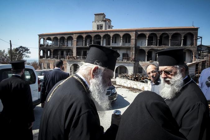 Ο Αρχιεπίσκοπος στην ι. μ. Αγίας Τριάδος και στο Λύρειο Ίδρυμα