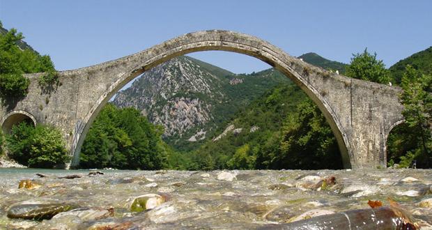 Μυρσίνης Ζορμπά: Η αναστήλωση του ιστορικού γεφυριού του Άραχθου στην Πλάκα είναι ένα έργο με πολλές σημασίες