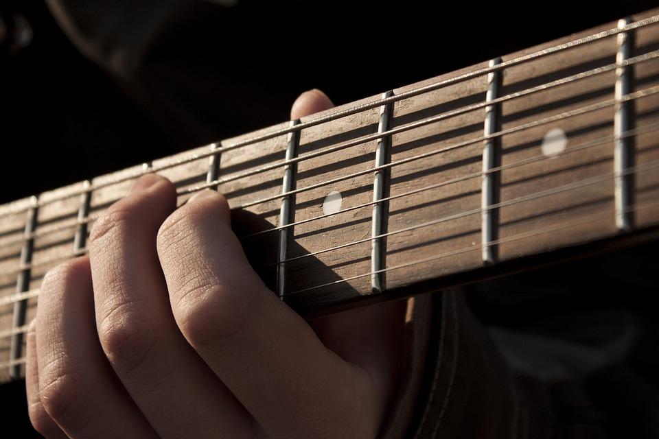 """""""Μουσικό ταξίδι με δυο κιθάρες και μια φωνή"""": Εκδήλωση για την Παγκόσμια Ημέρα Τρίτης Ηλικίας"""