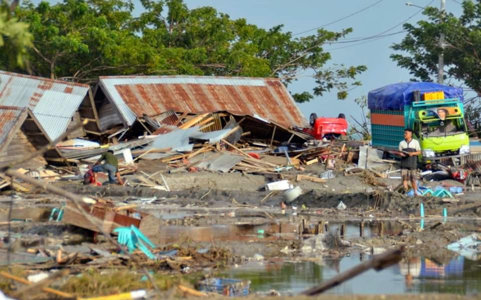 Ινδονησία: 384 νεκροί από τον ισχυρό σεισμό και το τσουνάμι (βίντεο-φωτογραφίες)