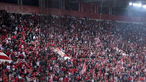 Πανό οπαδών Ολυμπιακού κατά ΠΑΟΚ με πολιτικές αιχμές (εικόνα)