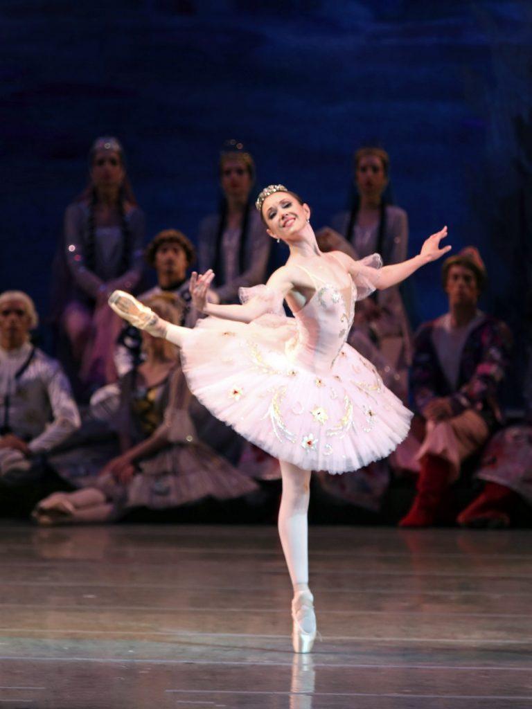 62d05f99cd8 Στην παράσταση συμμετέχει και η 60μελής συμφωνική ορχήστρα του θεάτρου αλλά  και διάσημοι σολίστ του θεάτρου Μαριίνσκι (πρώην Κίροφ) της Αγίας  Πετρούπολης.