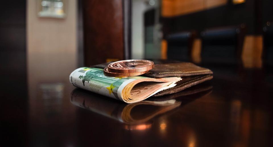 Προς μείωση του ορίου μετρητών στις συναλλαγές για να περιορισθεί η φοροδιαφυγή
