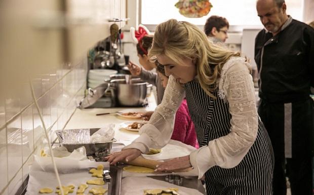 Ένα ζεστό χριστουγεννιάτικο γεύμα αγάπης ετοίμασε για τα παιδιά της Νίκαιας η Μαριάννα Β. Βαρδινογιάννη