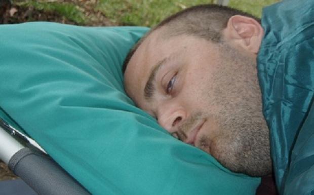 Γιατί μερικοί άνθρωποι κοιμούνται με ανοικτά μάτια