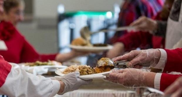 Εορταστικά γεύματα σε αστέγους από την Κοινωφελή Δημοτική Επιχείρηση Πειραιά