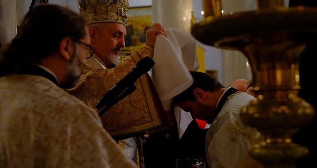 Ο Μητροπολίτης Γαλλίας Εμμανουήλ στα αποκαλυπτήρια του πιστοποιητικού βαπτίσεως του Παύλου Μελά