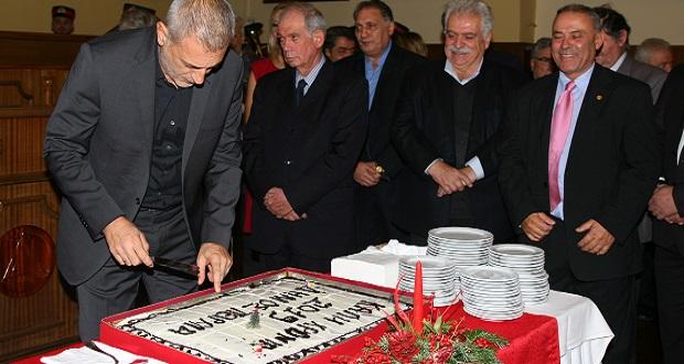 Ο δήμαρχος Πειραιά, Γιάννης Μώραλης, έκοψε την πρωτοχρονιάτικη βασιλόπιτα