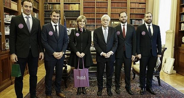 Συνάντηση του ΠτΔ κ. Προκοπίου Παυλοπούλου με τα μέλη της ελληνικής κολυμβητικής ομάδας «Pastra Cretonaxiosa», που πέτυχε τον διάπλου της Μάγχης, στο Προεδρικό Μέγαρο