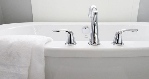 Γιατί πρέπει να αλλάζουμε συχνά την πετσέτα και το σφουγγάρι του μπάνιου