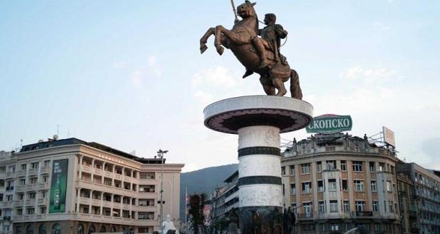 Ο Ζάεφ πίσω από το άγαλμα του Μ. Αλεξάνδρου