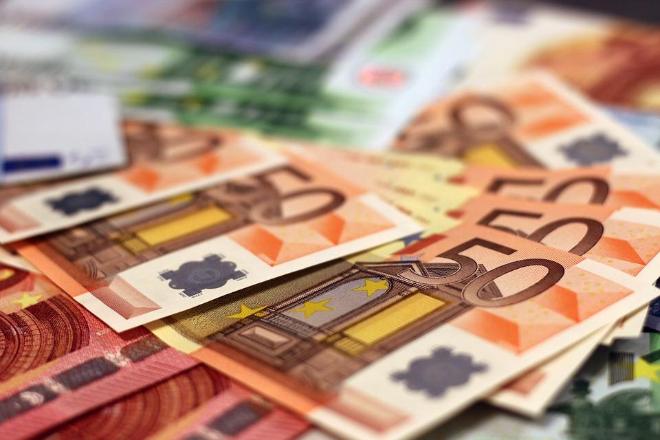 «Κόψτε χρήμα»: Η νέα θεωρία, που κερδίζει έδαφος στην Ευρώπη
