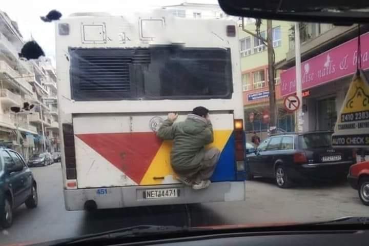 Θεσσαλονίκη: Νεαροί σκαρφαλώνουν στο πίσω μέρος του ΟΑΣΘ