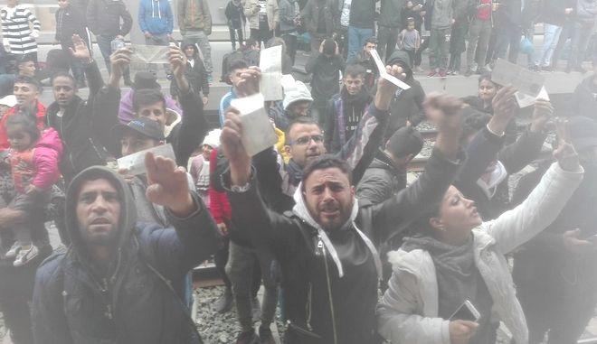 Σταθμός Λαρίσης: Κατάληψη από μετανάστες – Δεν εκτελούνται δρομολόγια. Γεροβασίλη: Δεν πρόκειται να τους επιτραπεί να φύγουν