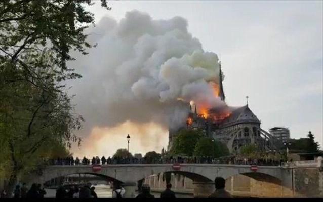Live stream από τη μεγάλη φωτιά στην Παναγία των Παρισίων