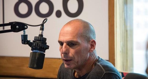 Live: O Γιάνης Βαρουφάκης απαντά ζωντανά