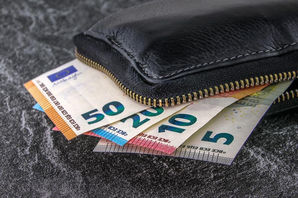 Πώς θα ζήσει μια οικογένεια με… μισθό 396,11 ευρώ;