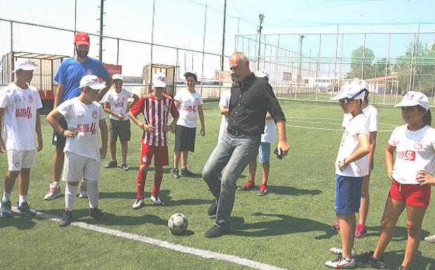 Ο δήμαρχος Πειραιά Γιάννης Μώραλης στο 5ο Piraeus Sports Camp στην παραλία Βοτσαλάκια