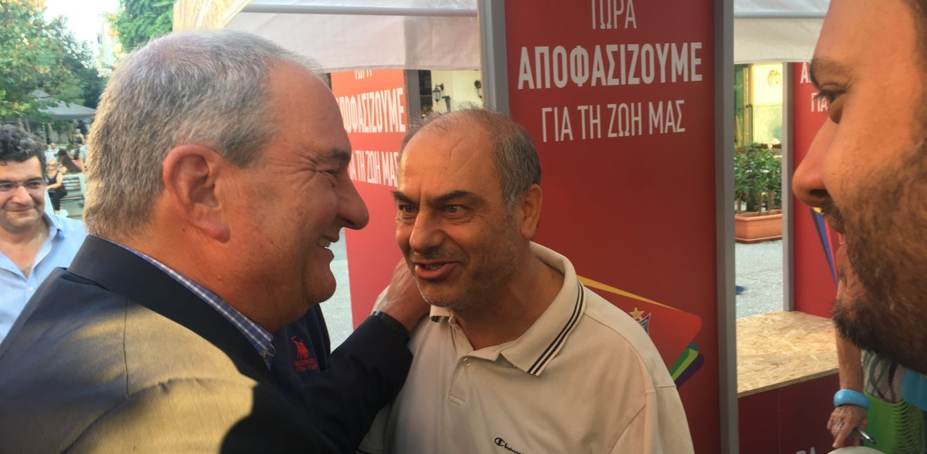 Καραμανλής σε εκλογικό κέντρο του ΣΥΡΙΖΑ: Καλό κουράγιο! – Αποθεωτική υποδοχή του πρώην πρωθυπουργού (βίντεο)