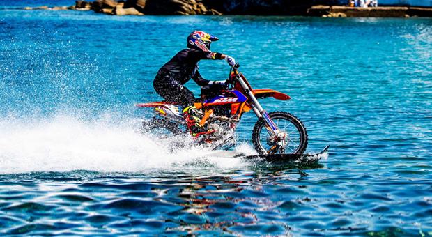 ROBBIE MADDISON: Μια μοτοσυκλέτα μέσα στη θάλασσα της Μυκόνου! (εντυπωσιακό βίντεο)