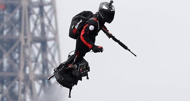 Γάλλος εφευρέτης «πέταξε» με flyboard την Ημέρα της Βαστίλης (βίντεο)
