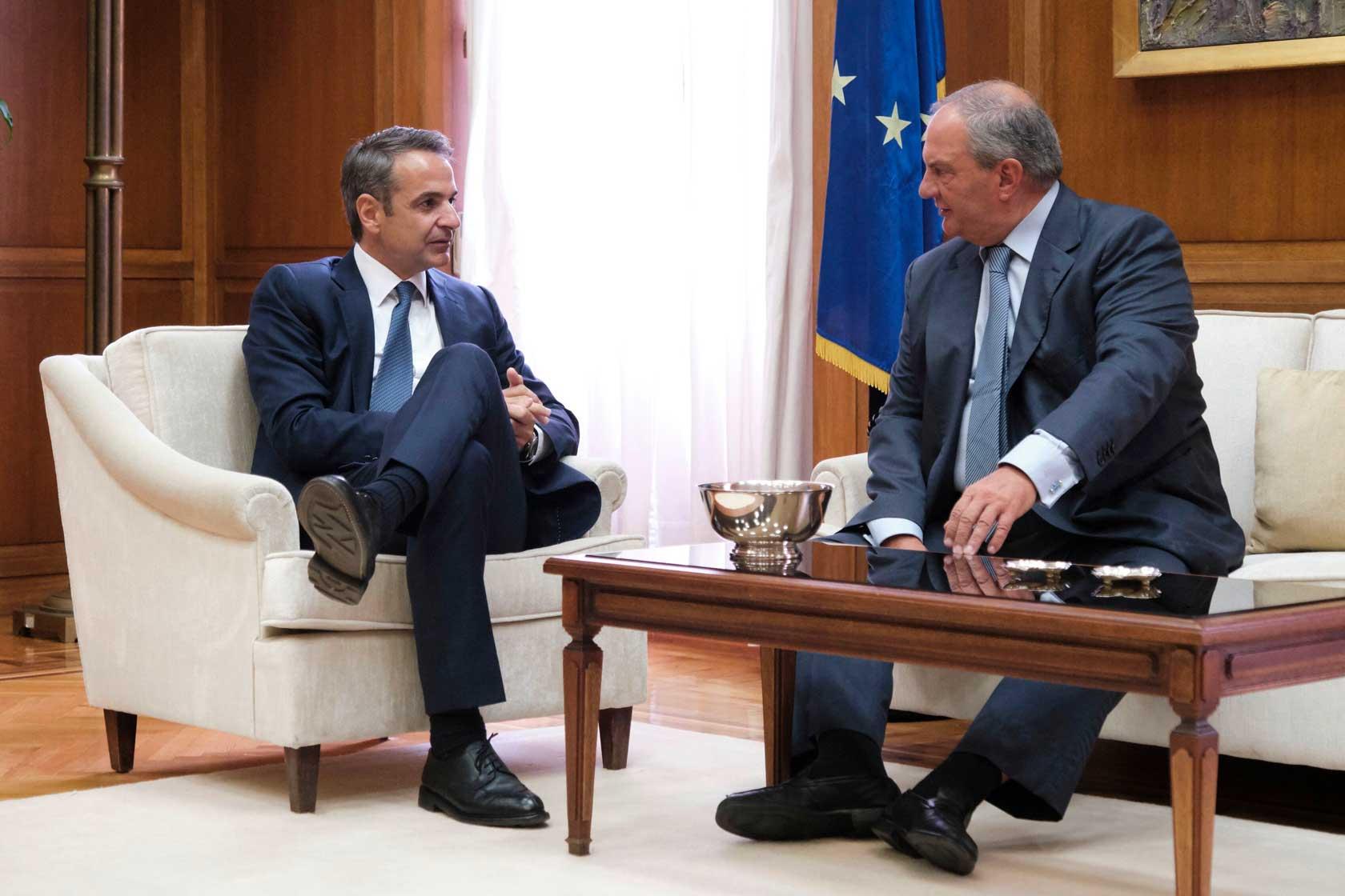 Συνάντηση του Πρωθυπουργού με τον πρώην πρωθυπουργό και πρώην πρόεδρο της ΝΔ κ. Κώστα Καραμανλή