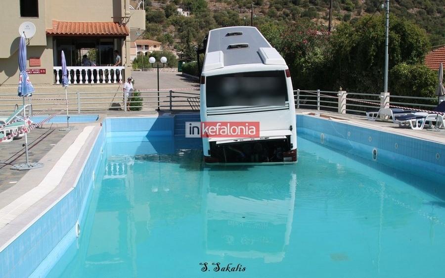 """""""Βουτιά"""" λεοφωρείου σε πισίνα στην Κεφαλονιά"""