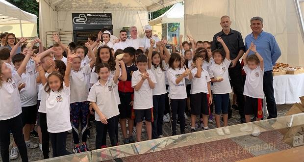 Ο δήμαρχος Πειραιά, Γιάννης Μώραλης, στα εγκαίνια της Γιορτής Ψωμιού στο Πασαλιμάνι
