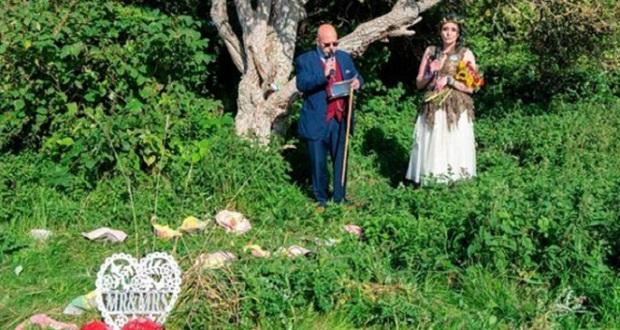 Μία μητέρα δύο παιδιών στην Αγγλία «παντρεύτηκε» με ένα δέντρο…